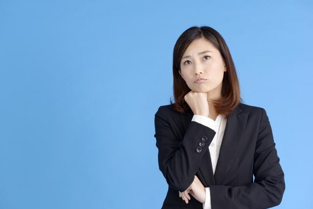 考えるスーツの女性